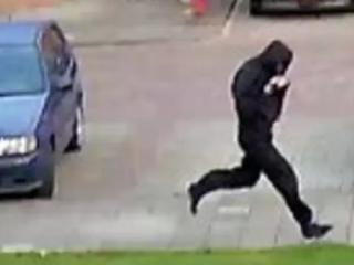 Politie geeft beelden vrij van daders die ruiten ingooien van woning persfotograaf