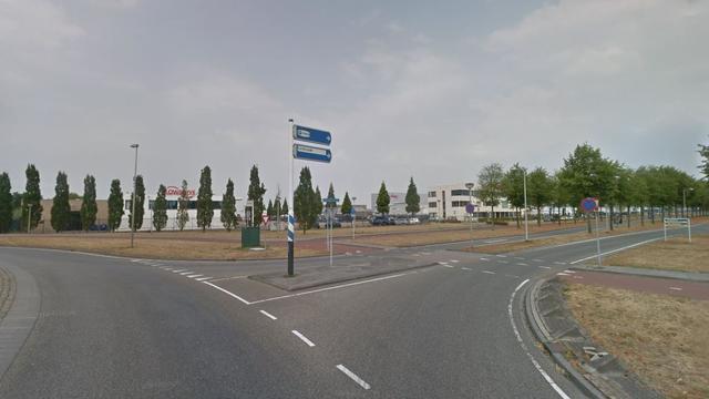 Vrachtwagen geschaard op rotonde in Etten-Leur