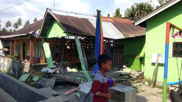 Tsunami op Indonesisch eiland Sulawesi na forse beving