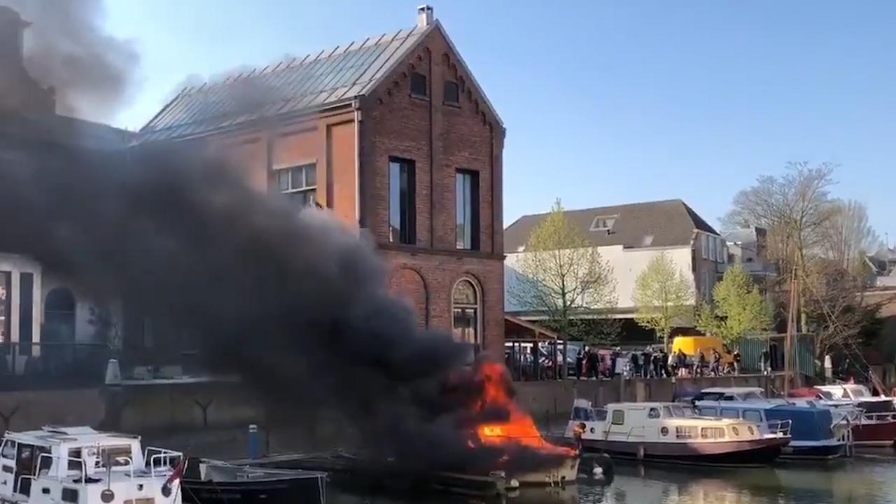 Twee boten branden af in haven Dordrecht