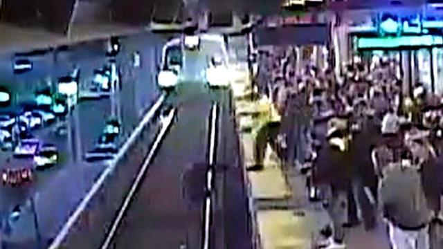 Man wordt op het nippertje gered van treinrails in Amerika