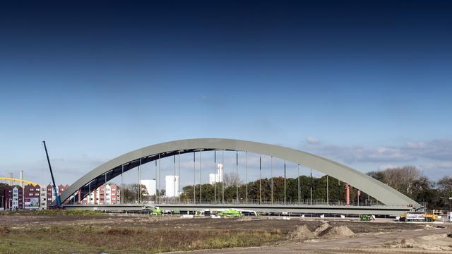 Transport nieuwe spoorbrug over Amsterdam-Rijnkanaal trekt honderden kijkers