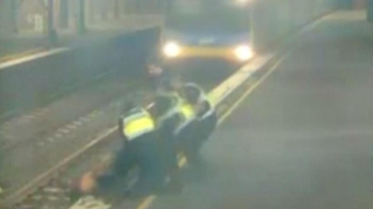 Politie Australië redt dronken vrouw net op tijd van treinspoor