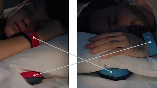 Slimme armband stuurt hartslag naar luidspreker onder kussen