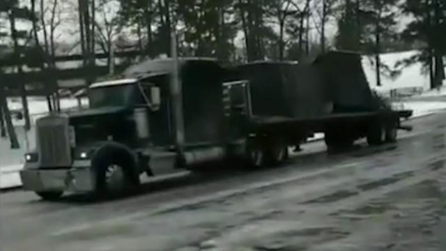Vrachtwagen glijdt achteruit tegen stoplicht door gladde weg Texas