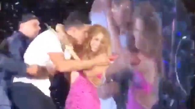 Shakira beschermt fan die het podium op rent voor beveiliging