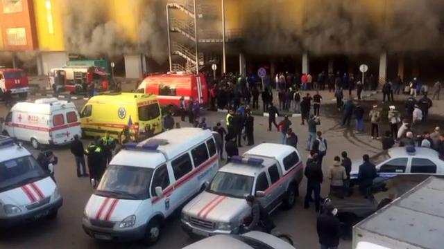 Duizenden geëvacueerd uit brandende bouwmarkt Moskou
