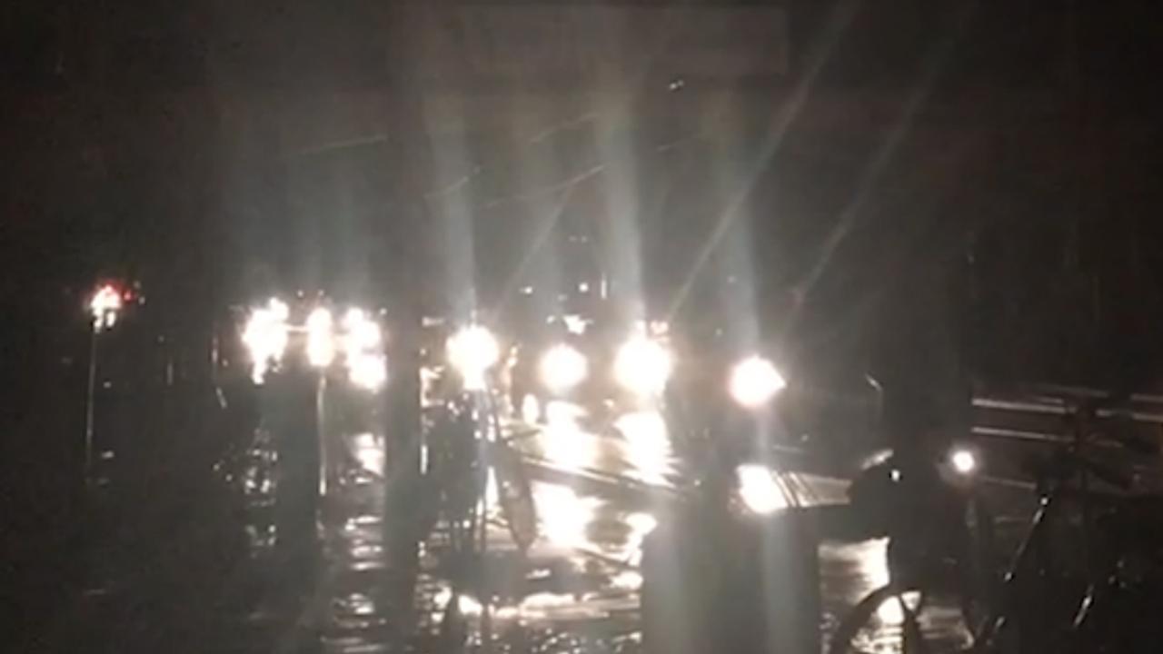 Auto's voeren groot licht tijdens grote stroomstoring Rotterdam