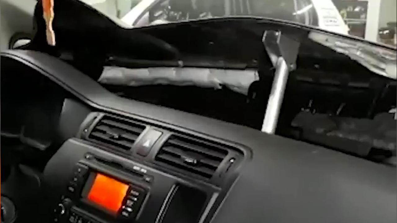 Politie Rotterdam opent met magneet geheim drugsvak in auto