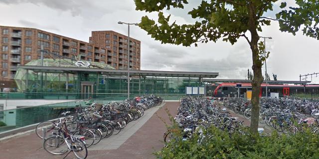 Fout gestalde fietsen bij station Alphen worden binnenkort verwijderd