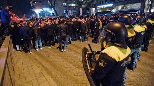 Zes verdachten vervolgd voor rellen bij Turks consulaat in Rotterdam
