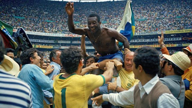 Pelé gaat op de schouders na een van de drie wereldtitels die hij behaalde met Brazilië.