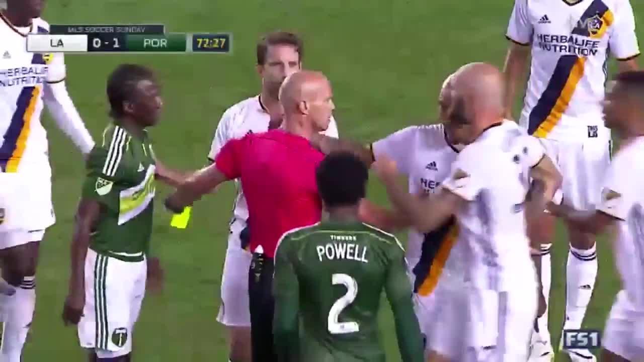 Nigel de Jong ontsnapt aan rood na gevaarlijke tackle