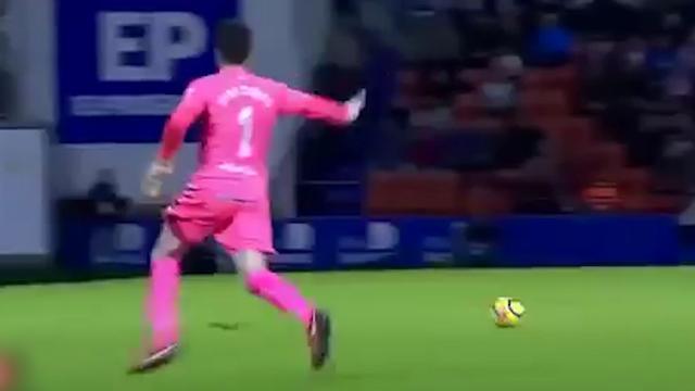 Keeper Lugo scoort vanaf eigen helft tegen Sporting Gijon