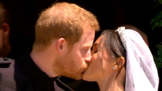 Meghan en Harry bezegelen huwelijk met kus