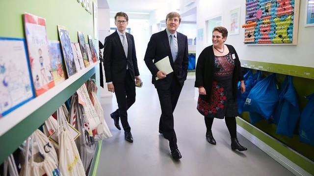 Koning Willem-Alexander brengt bezoek aan basisschool in Leiden