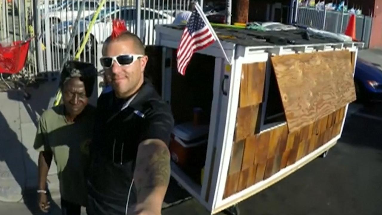 Man bouwt houten huisjes voor daklozen in Californië