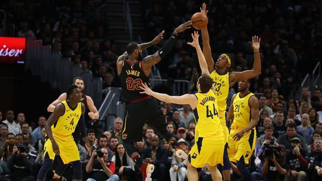LeBron James leidt Cavaliers in cruciaal duel naar volgende ronde play-offs