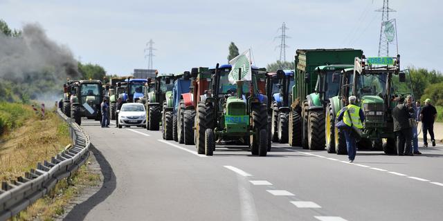 Boeren hinderen verkeer op wegen rond Parijs