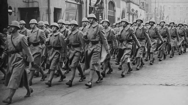 1940: Nederlandse soldaten op de Dam in Amsterdam.