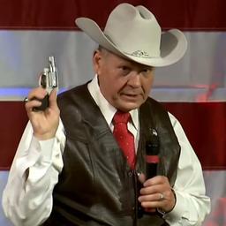 Video: Republikein Moore trekt pistool tijdens toespraak in Alabama