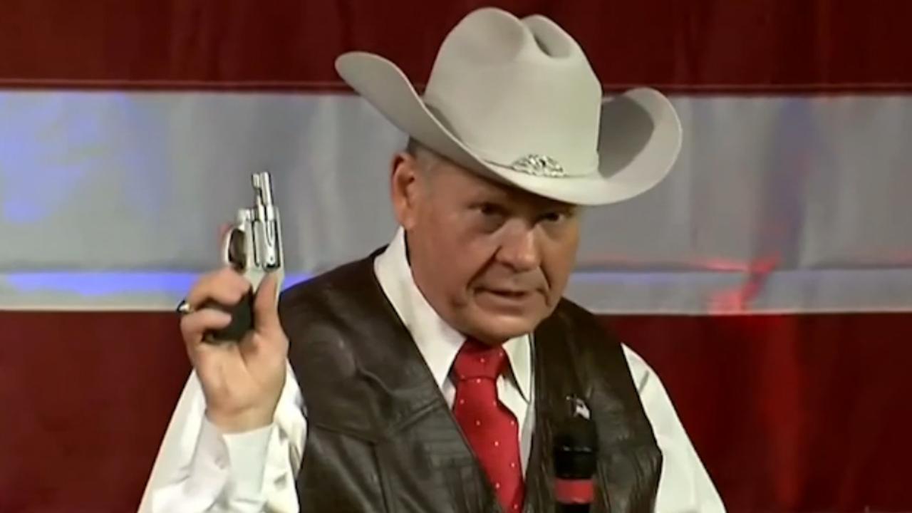 Republikein Moore trekt revolver op podium tijdens toespraak in Alabama