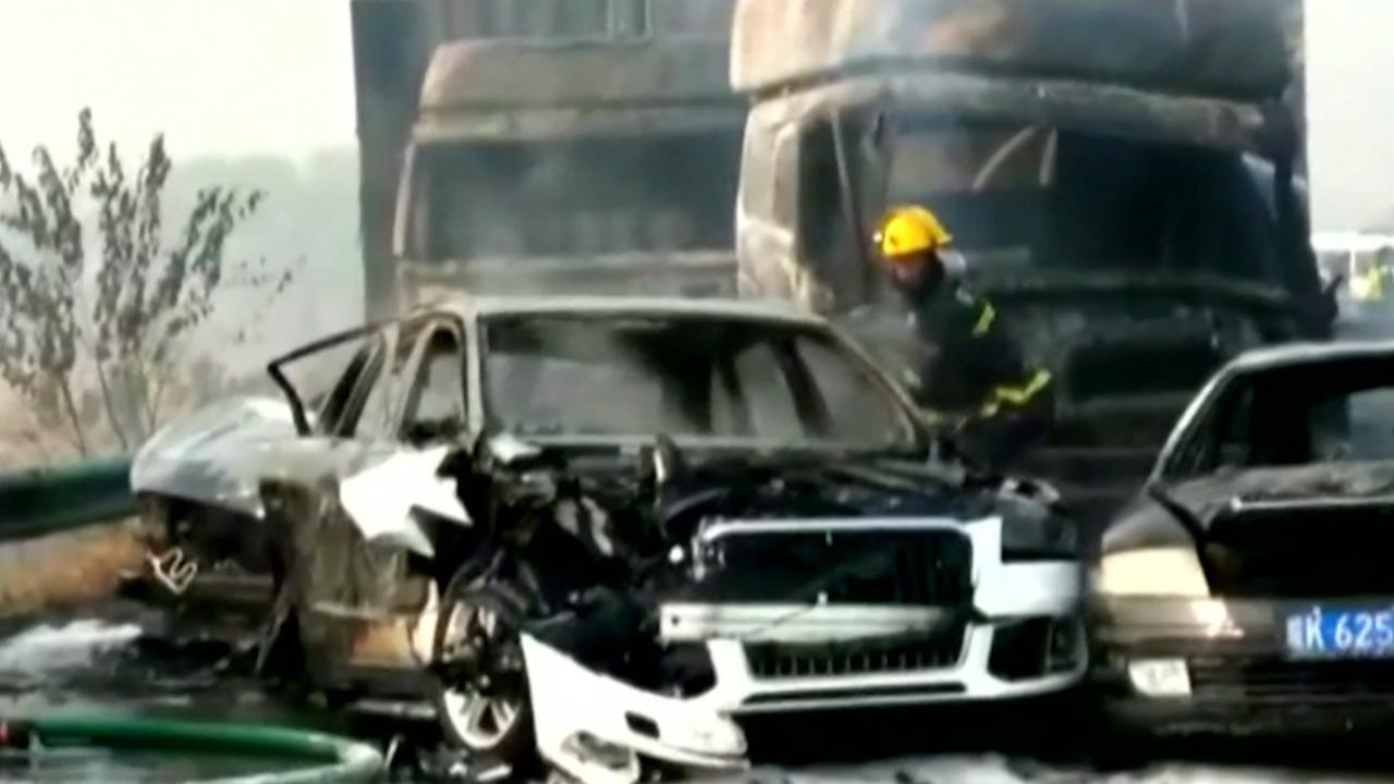 Enorme ravage na dodelijke kettingbotsing op snelweg China
