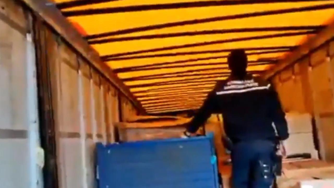 Marechaussee ontdekt migranten in vrachtwagen Hoek van Holland
