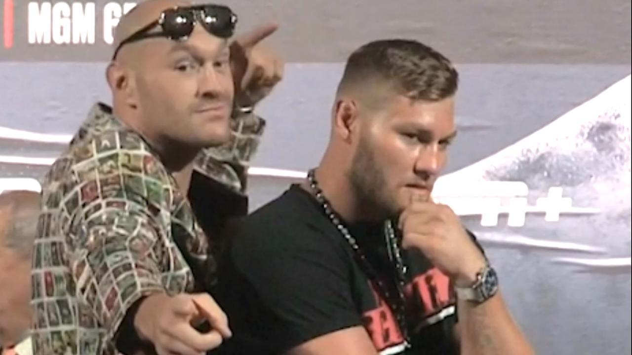 Boksers Fury en Schwarz poseren als modellen tijdens staredown