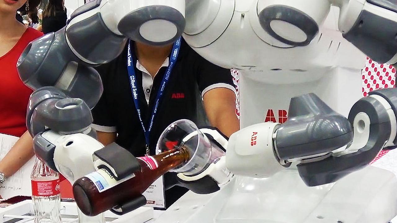 Robots op beurs in Bangkok maken sushi en schenken bier