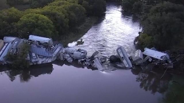 Dronebeelden van ontspoorde trein in rivier Verenigde Staten