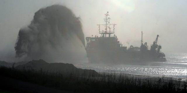 Strand tussen Westkapelle en Vlissingen voor en na de zomer opgespoten