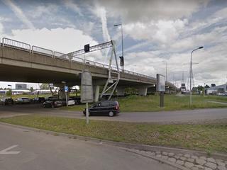 'Tientallen kijkers en deelnemers op parkeerplaats onder viaduct N7'