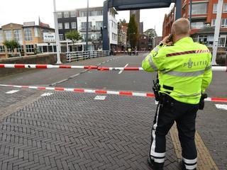 Politie zet brugdek af met linten