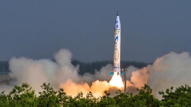 China schiet eerste commerciële raket de ruimte in