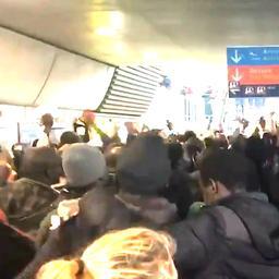 Honderden illegale immigranten bezetten luchthaven in Parijs