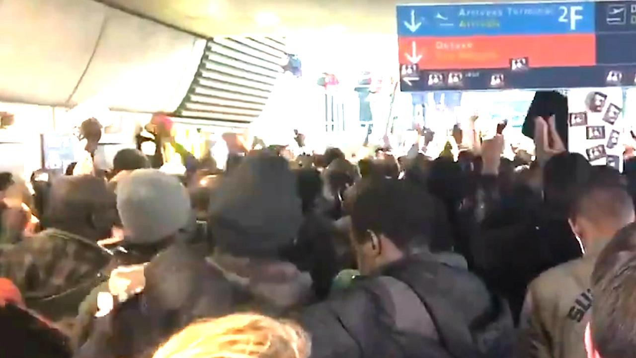 Honderden Illegale Immigranten Bezetten Luchthaven In Parijs Nu