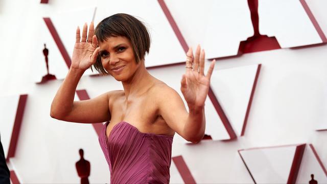 Halle Berry ha debuttato con un nuovo taglio di capelli: l'attrice ha ottenuto un caschetto corto.
