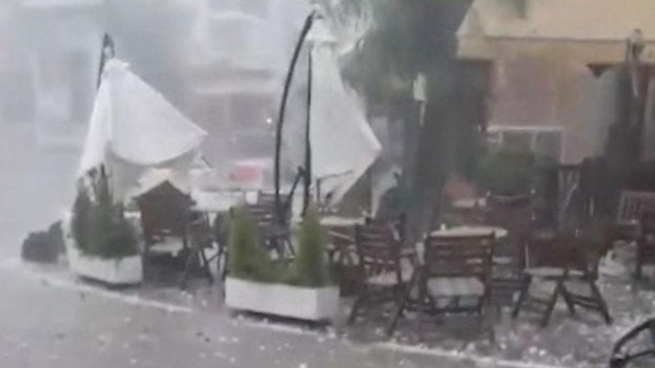 Mensen schuilen in Grieks café voor enorme hagelstenen