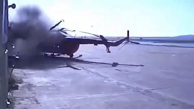 Te zwaar beladen helikopter raakt gebouw in Rusland