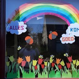 Nederland versiert stoep en beplakt huis met regenbogen en hartjes