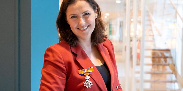 Anniko van Santen ontvangt lintje voor werk bij Opsporing Verzocht