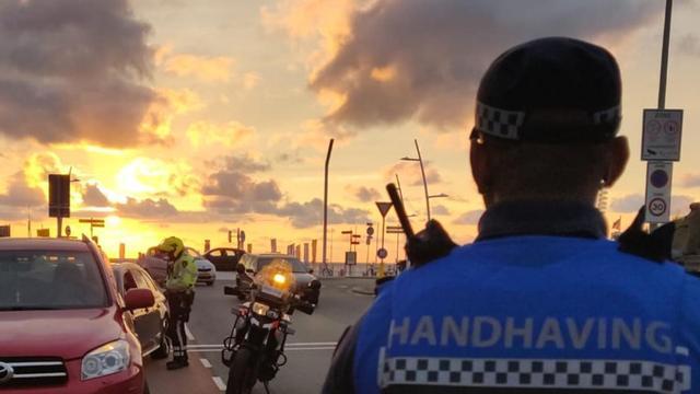 Politie deelt groot aantal bekeuringen uit bij controle in Scheveningen