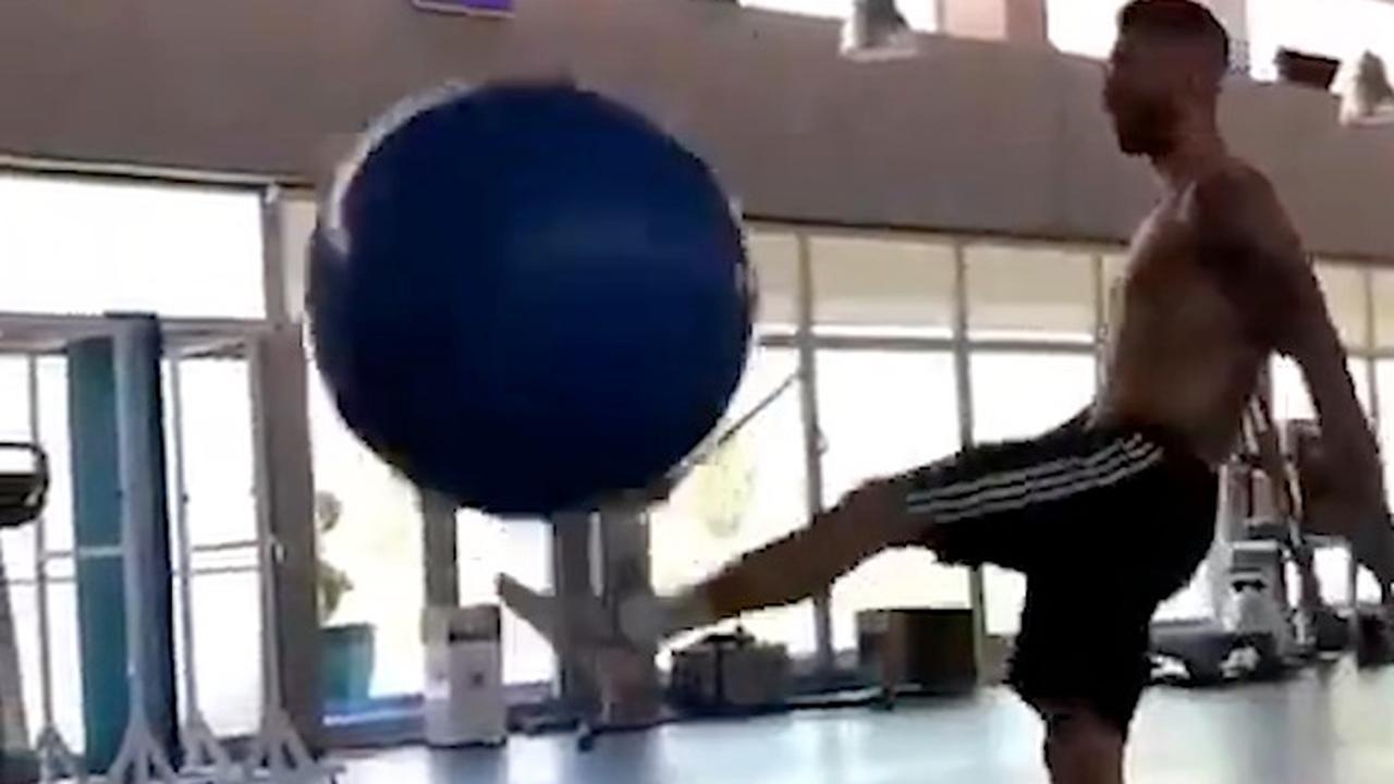 Sergio Ramos houdt fitnessbal hoog in sportschool
