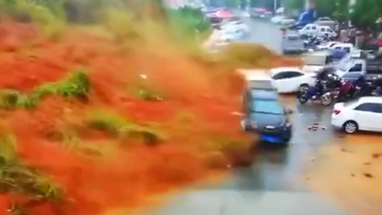 Parkeerterrein weggevaagd door aardverschuiving in China