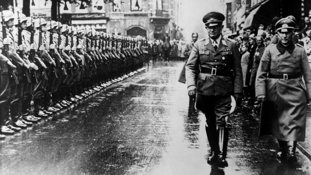 1940: Generaal Friedrich Christiansen, de Duitse militaire opperbevelhebber in Nederland, inspecteert zijn troepen in Den Haag.