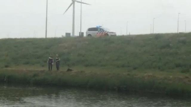 Auto belandt in water bij Westpoort