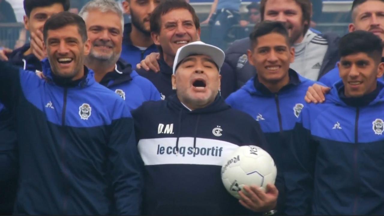 Maradona onder luid gejuich gepresenteerd als coach van Gimnasia