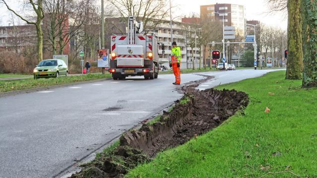 Vrachtwagen vast in berm Burgemeester Bruins Slotsingel