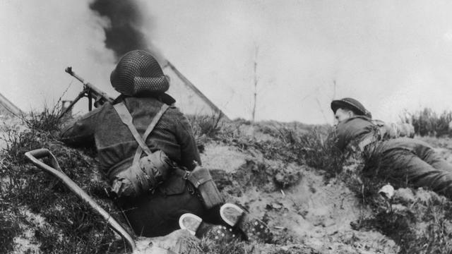 Canadese soldaten in actie tijdens de bevrijding van Nederland.